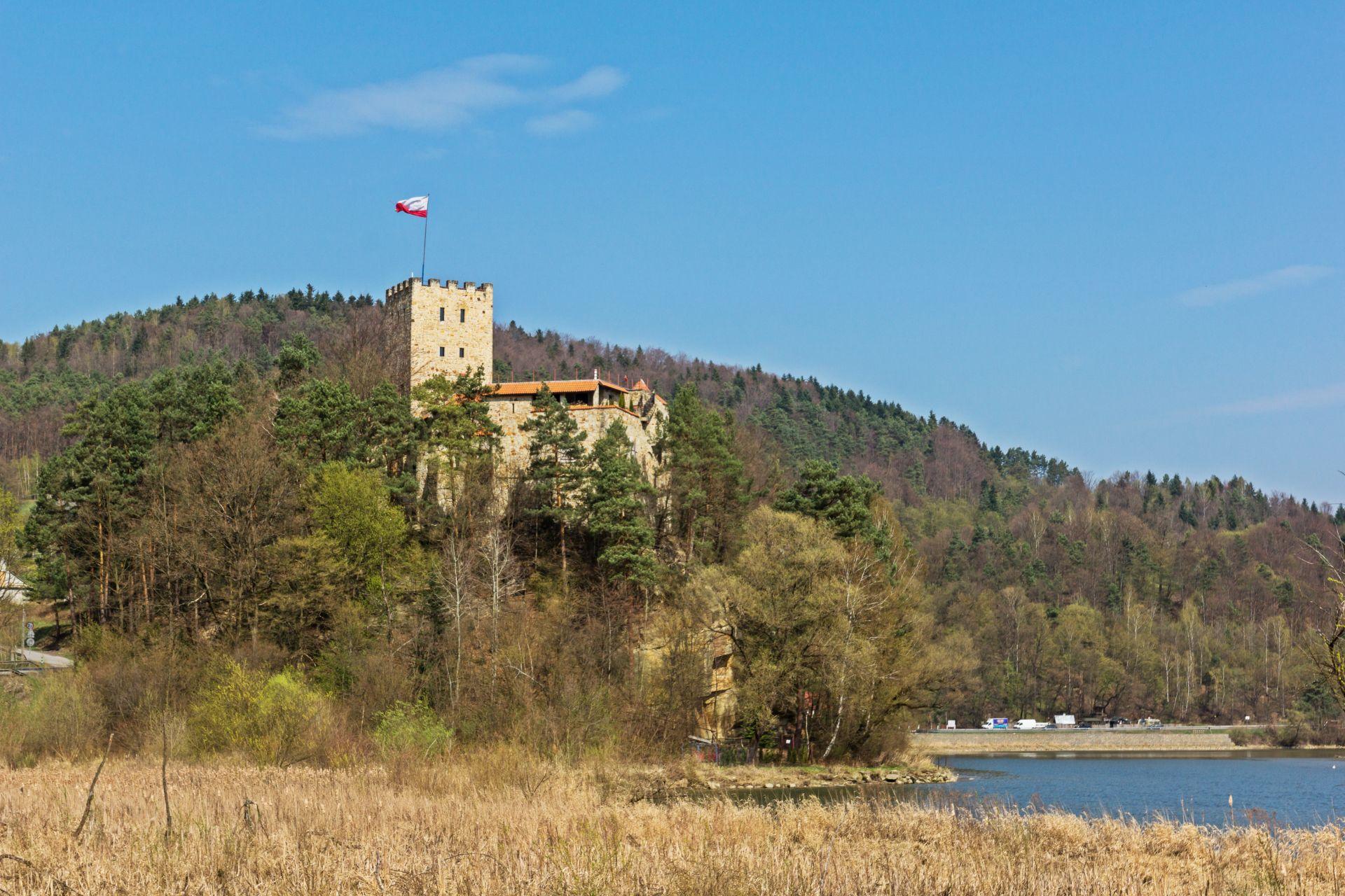 Tropsztyn castle over the Dunajec river in Wytrzyszczka, Poland