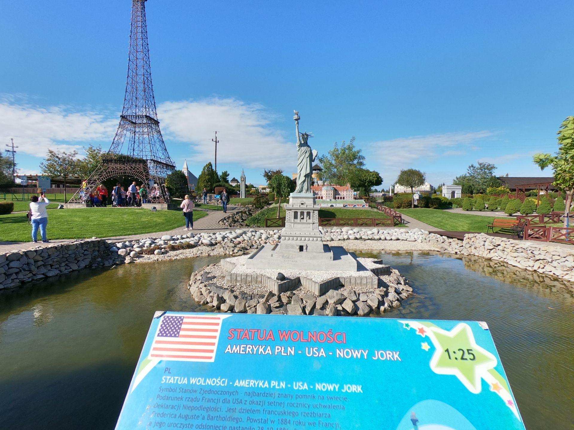 Wieża Eiffela w Parku Miniatur w Inwałdzie podczas wycieczki szkolnej na 1 dzień